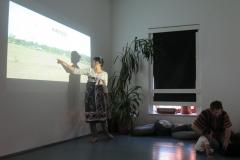 Barbora Ziaková přednáší o vlastních zkušenostech rozvojovou pomocí